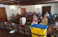 Los vecinos de Fórnoles refrescan sus conocimientos sobre reciclaje, en una charla sobre el 'Porta a porta'
