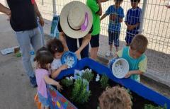 Los alumnos de la Escuela Infantil 'Sagalets' de Valdeltormo y Mazaleón se convierten en jardineros por un día