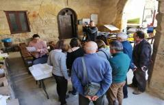 Los vecinos de Fórnoles reciben el kit de reciclaje para iniciar el proyecto de recogida 'Porta a porta'