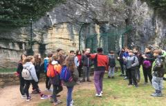 Los niños de 1º de ESO del IES Matarraña conocen las pinturas rupestres de La Fenellasa, con el Departamento de Patrimonio de la Comarca del Matarraña