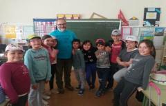 Los niños del colegio de Calaceite aprenden a usar un vermicompostador y a reciclar mejor